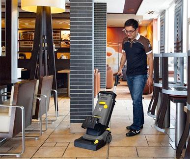 Маленькая поломойка Karcher BR 30/4 при уборке небольшого ресторана