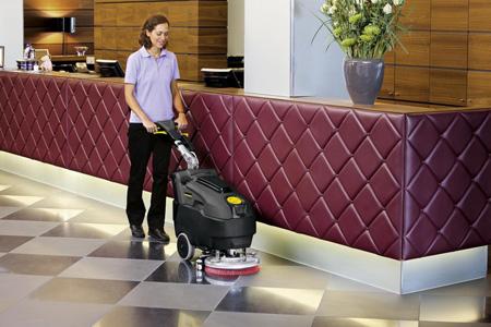 Поломоечная машина Karcher BD 40/12 очищает холл гостиницы